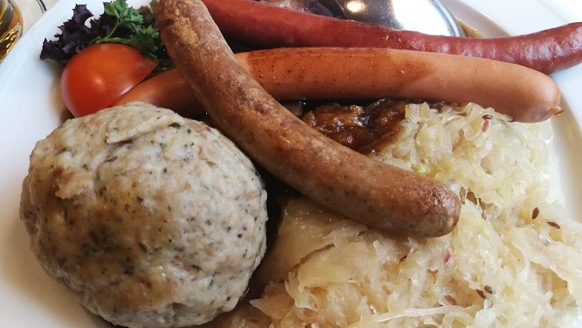 Немецкие колбаски с кислой капустой