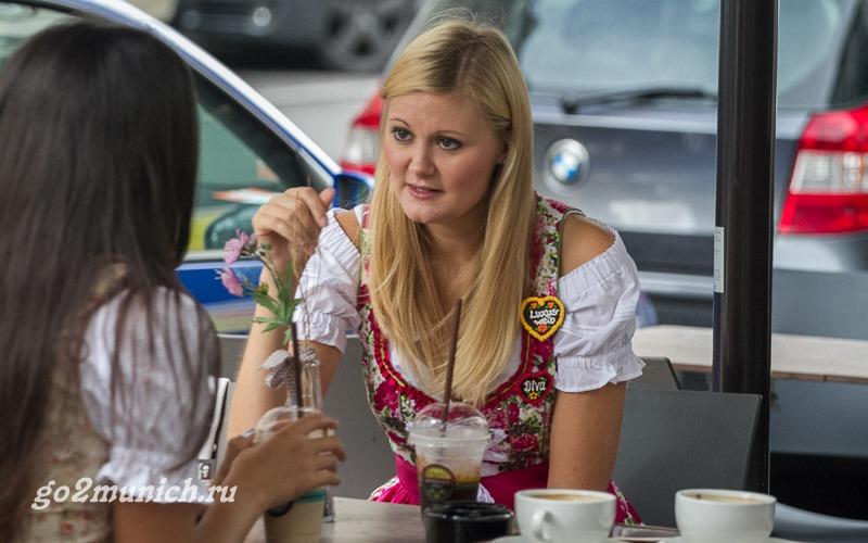 Девушки Октоберфеста в Мюнхене